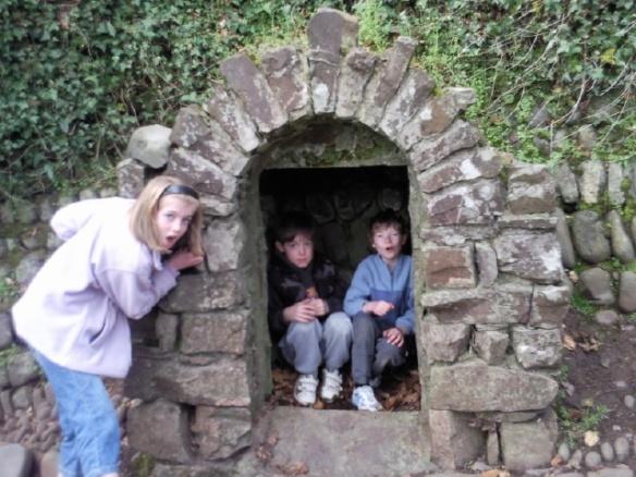 kids in an arch
